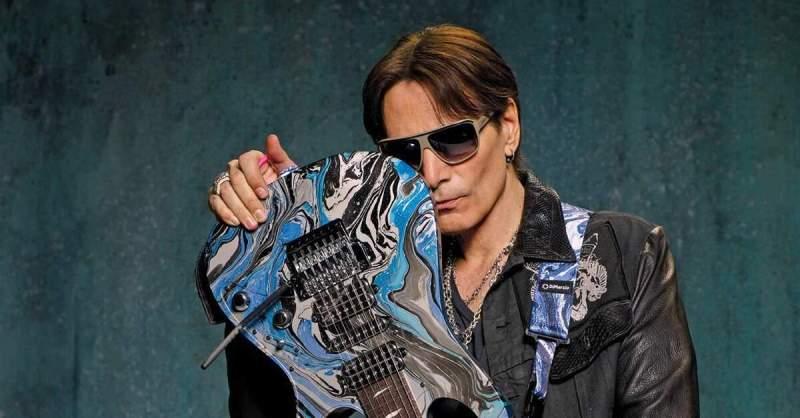 Steve Vai com uma guitarra Ibanez de 7 cordas