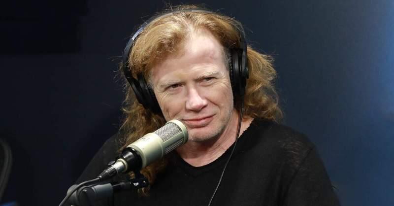 Dave Mustaine dando entrevista com fones de ouvido