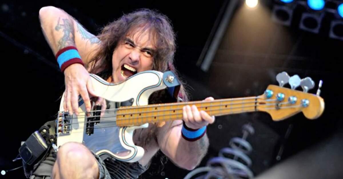 Steve Harris tocando baixo ao vivo