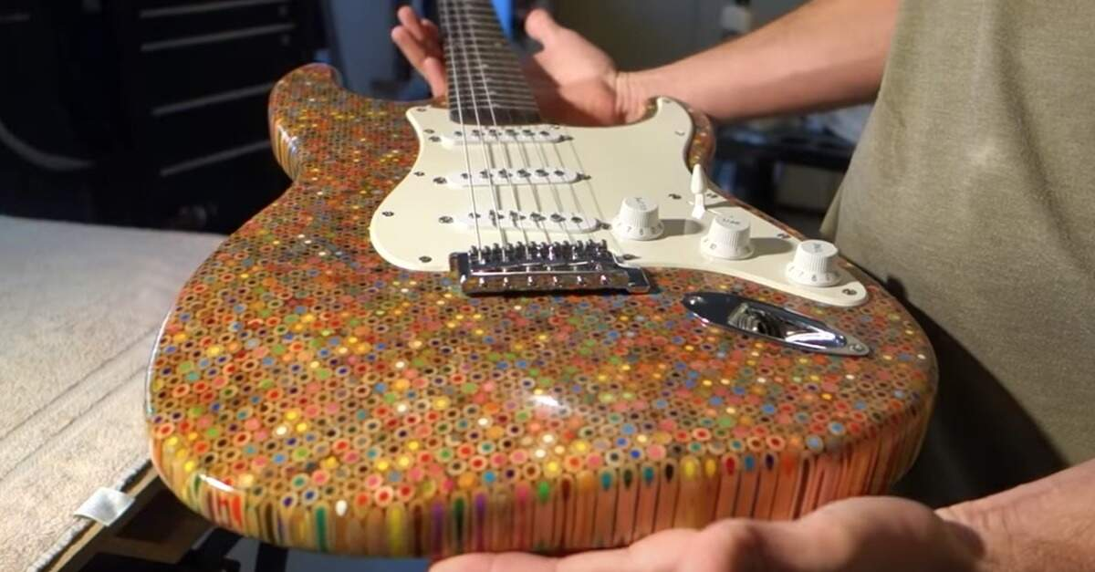 Foto da guitarra construída com lápis de cor