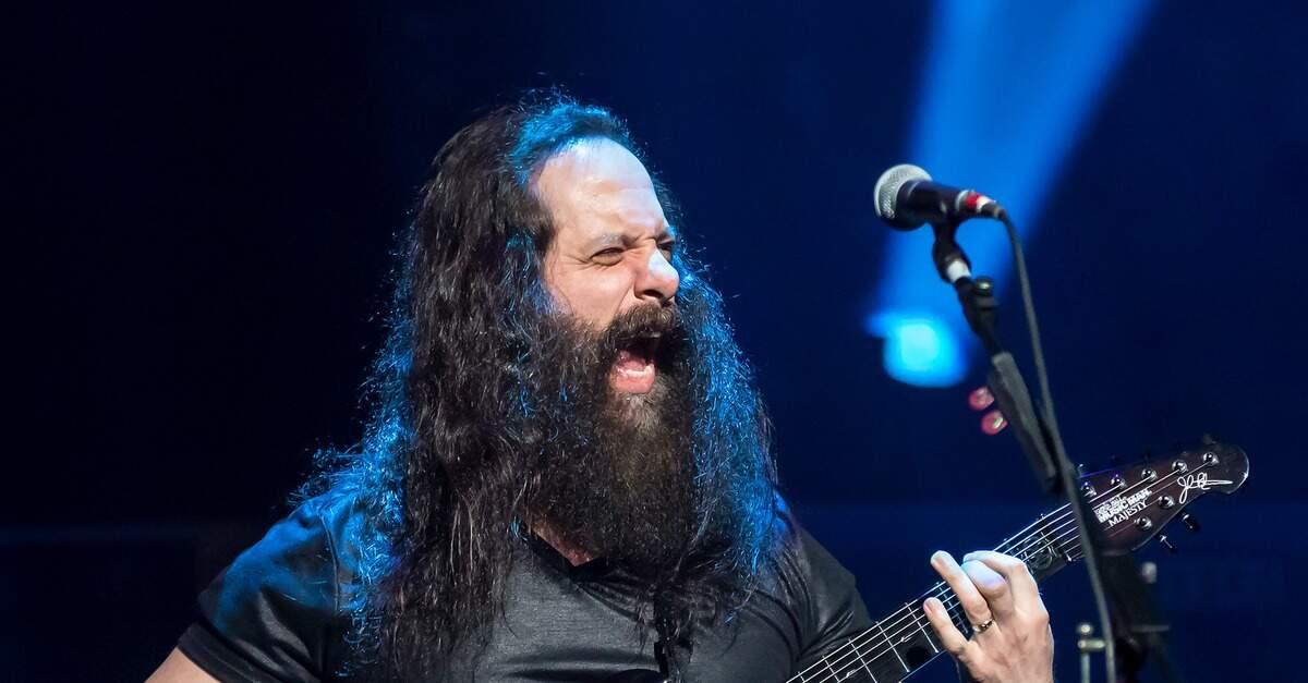Petrucci tocando ao vivo [Foto por Ralph Arvesen]