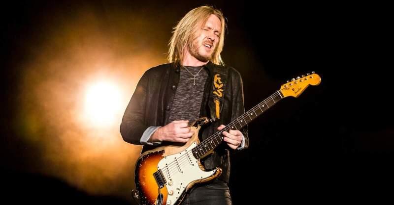 Kenny Wayne Shepherd tocando uma Fender Stratocaster
