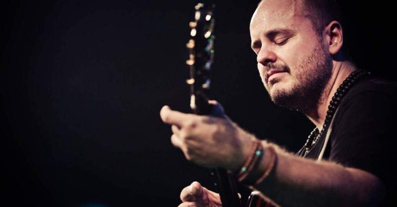 Andy McKee tocando violão ao vivo