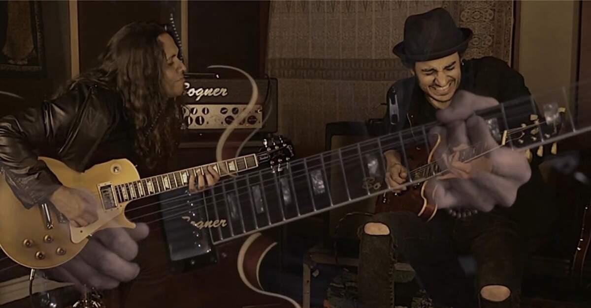 Ricardo Marins tocando com Artur Menezes