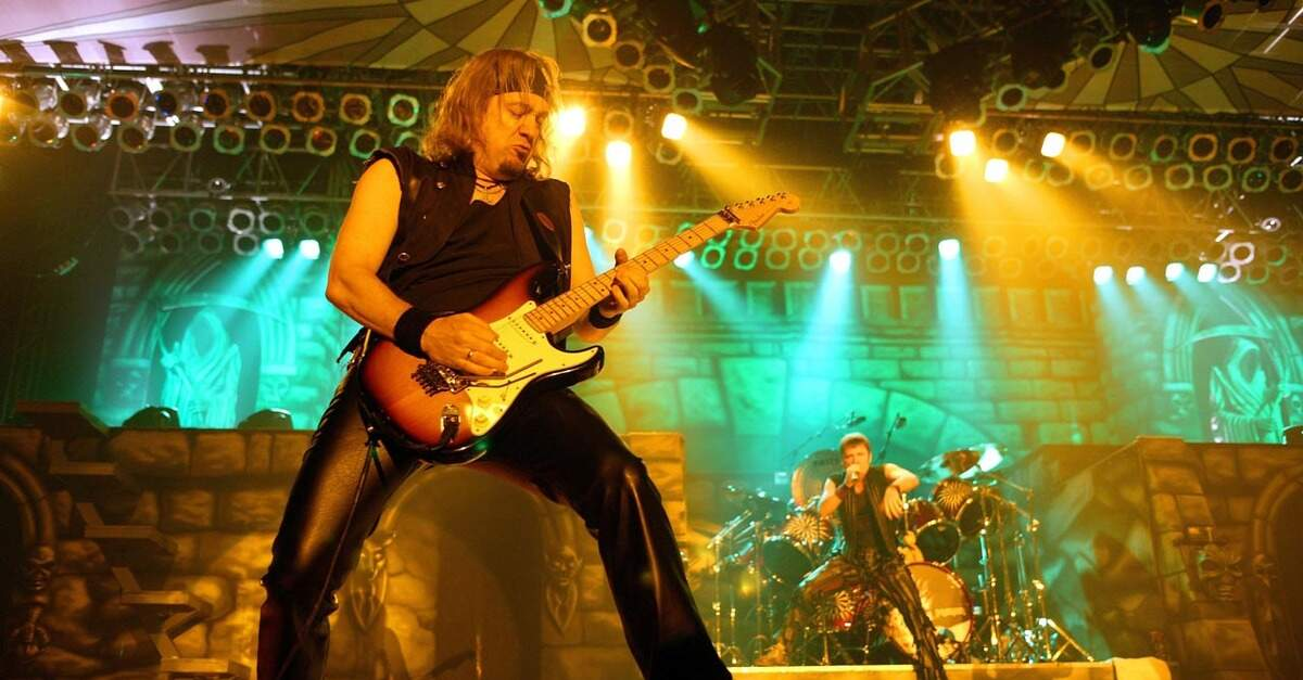 Adrian Smith tocando ao vivo com o Iron Maiden