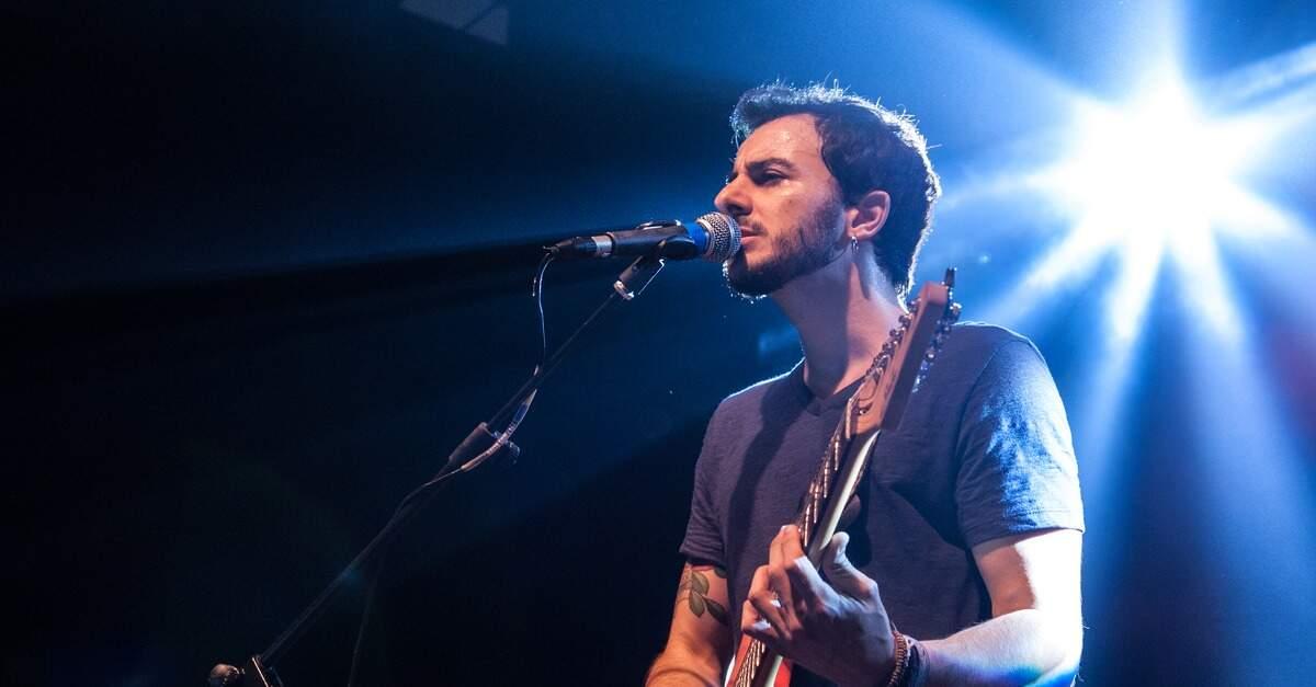 Artur Menezes tocando ao vivo
