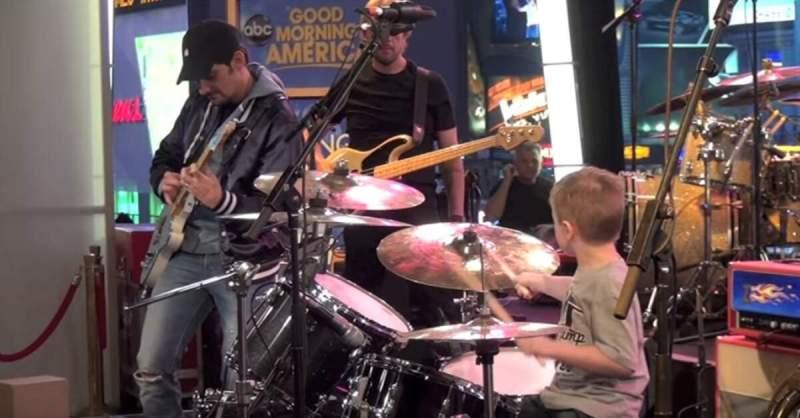 Brad Paisley tocando com um baterista de 6 anos