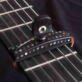 Cejilla flamenca con incrustaciones de nácar