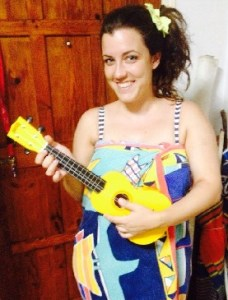 elena tocando el ukelele