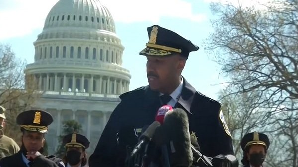 પોલિસ અધિકારીઓ પર કરી રહ્યો હતો ચાકૂથી હુમલો