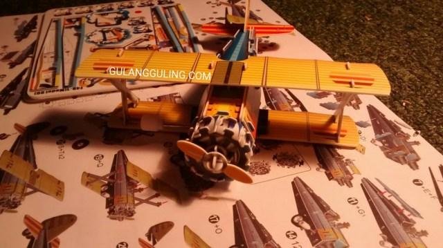 Merakit mainan pesawat