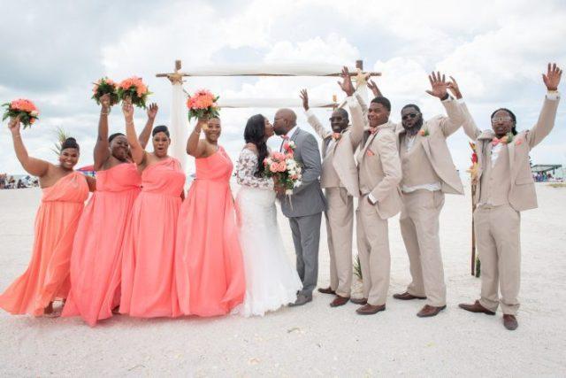 mariage sur une plage en famille