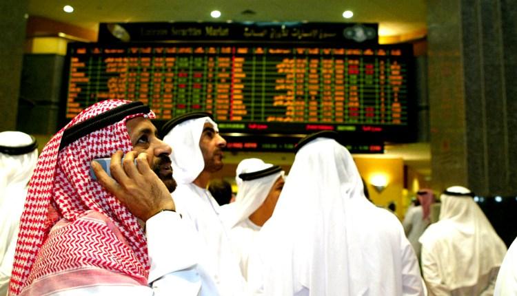 Emirati and Arab men discuss the stock r