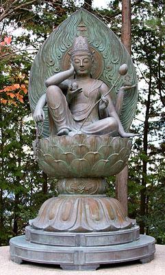 Bronz Kannon heykeli.