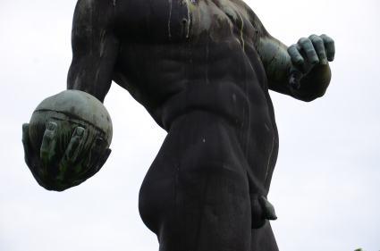Detalj av staty framför Deutsches Hygiene-Museum, Nikkor. Museet grundades 1912 som världens första hygienmuseum av stadens starke man magnaten och mecenaten Lingner.