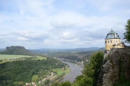 Utsikt över Elbe och Sächsische Schweiz från ointagliga fästningen Königstein, Nikkor. Fästningen är placerad på en av de platåberg av sandsten som präglar landskapet. Under många år tjänade Königstein som fängelse.