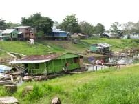 Parti av hamnkanalen, en sidoarm av floden. Det är fortfarande lågvatten så de flytande husen ligger på backen.