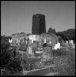 Tyska kyrkogården i Petersdorf med den gröna ruinen av kyrktornet, Planar 80 mm.