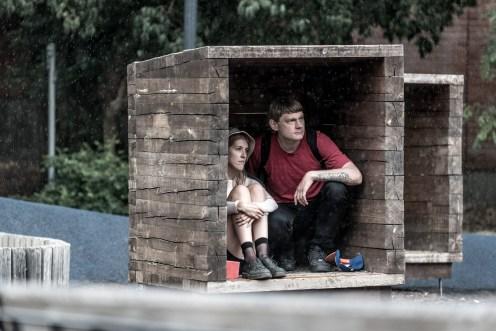 Par tar skydd från regnet