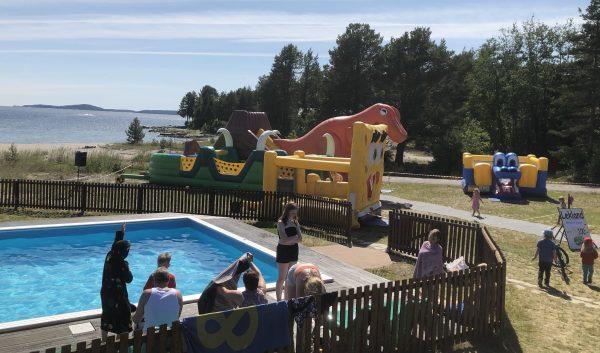 Pool och hoppland för barnen i Gullvik