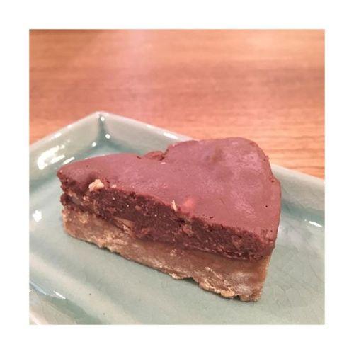 ***【ナッツ入り豆腐チョコレートケーキ】ココナッツミルクを入れてタイ風にアレンジ*思い立って気まぐれクッキングバレンタイン全く関係なし。笑*やればできるの。やらないだけ。---------#cake #healthy #chocolate#nuts #アレンジ#cooking #sweets#お菓子作り#青葉台マッサージ #田園都市線 #青葉台#リラクゼーションサロン #gumi#タイ古式マッサージ#タイ式リフレクソロジー #タイ古式 × #アロマ#リラックス #リフレッシュ#こだわり #空間 #interior#simple #design #asian #thai#癒し #パグ #dog #pug