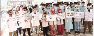 مقبوضہ کشمیر: سرکاری ملازمین کا اپنے مطالبات کے حق میں احتجاجی مظاہرہ