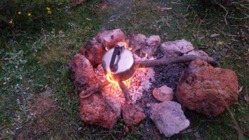 Wasser kochen auf dem Lagerfeuer