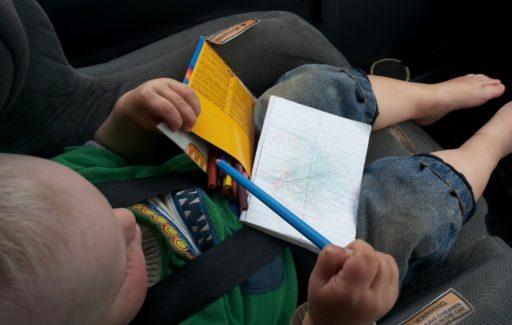 Stifte einsortieren bei der Autofahrt