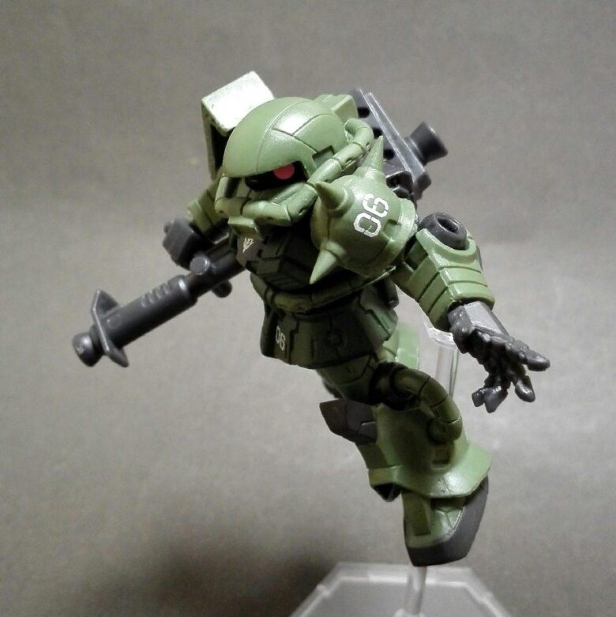 mobile suit ensemble(モビルスーツアンサンブル)1.5弾のザク(マーキングプラス)に04弾のMS武器セットよりケンプファー用のジャイアント・バズーカIIを装備させた画像