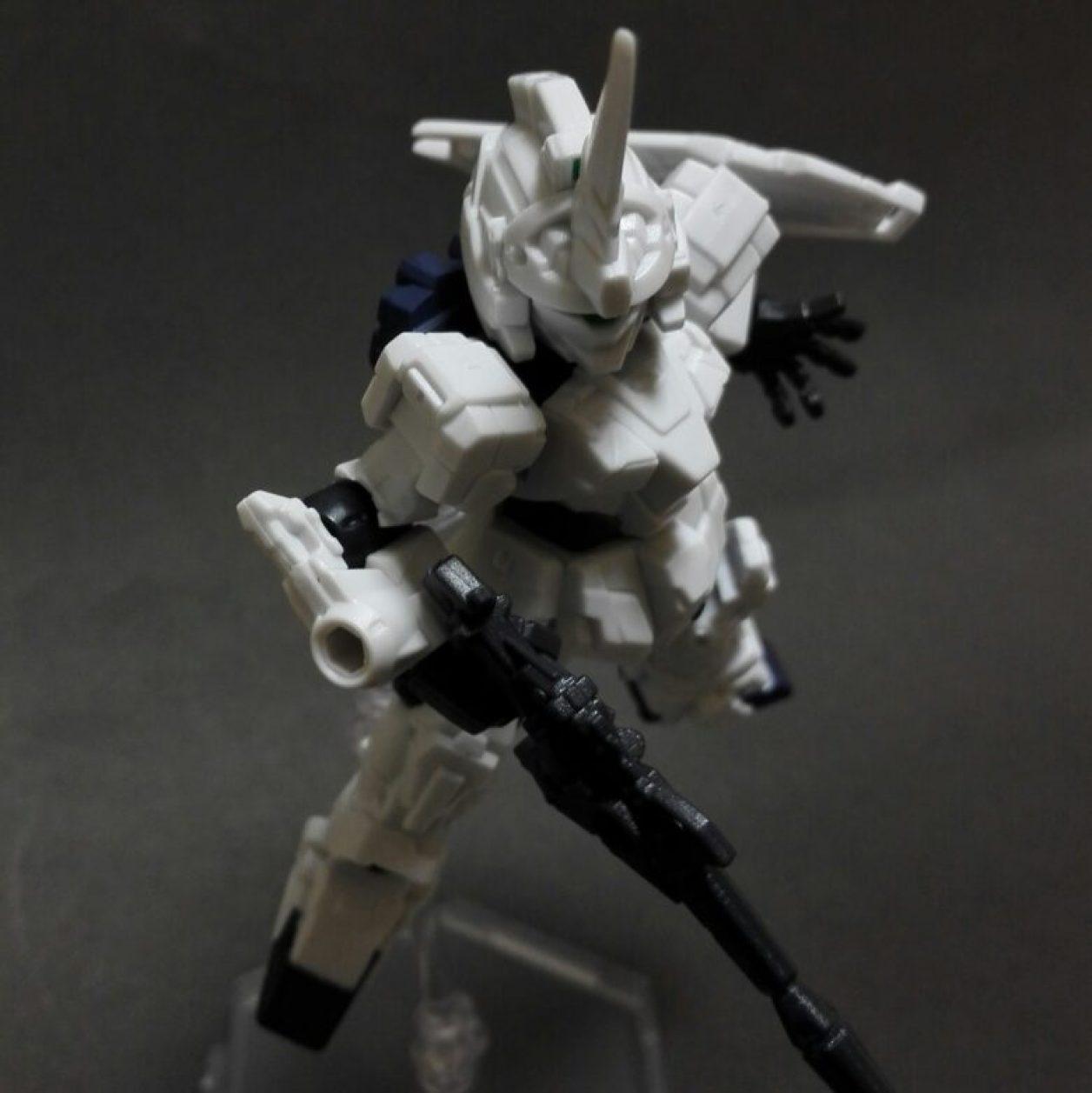 MOBILE SUIT ENSEMBLE(モビルスーツアンサンブル)第10弾のユニコーンガンダム(ユニコーンモード)に初期武装であるビーム・マグナムとシールドを装備させてポージングしている画像