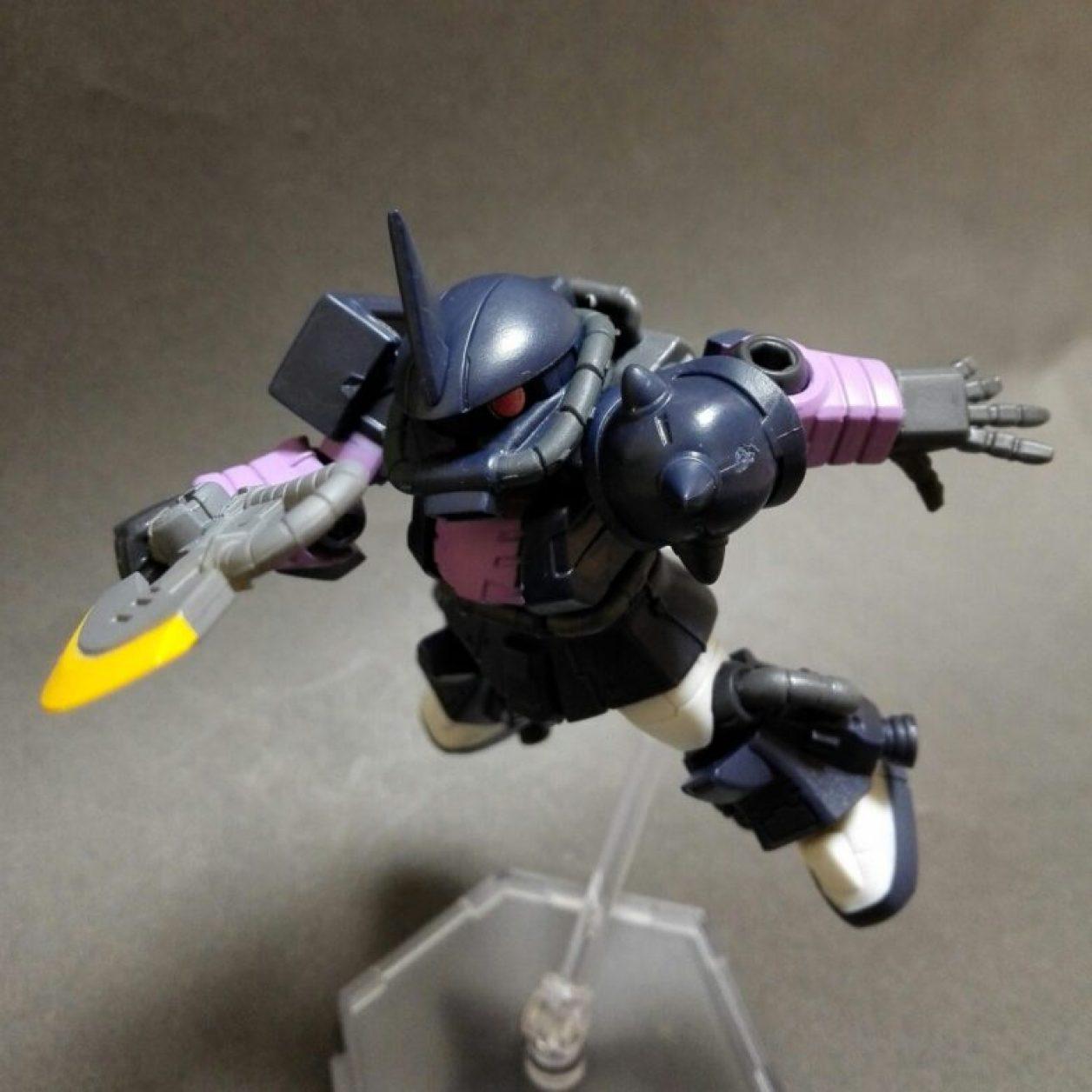 MOBILE SUIT ENSEMBLE(モビルスーツアンサンブル)12弾の高機動型ザクii(黒い三連星仕様)にヒートホークを装備させた画像