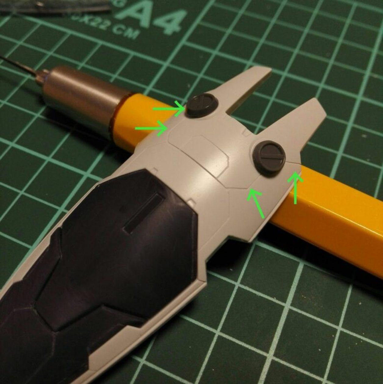 HGUC ガンダムTR-1[ヘイズル改]のジム系MS用シールドに太さの異なるbmcタガネを用いてスジボリした画像