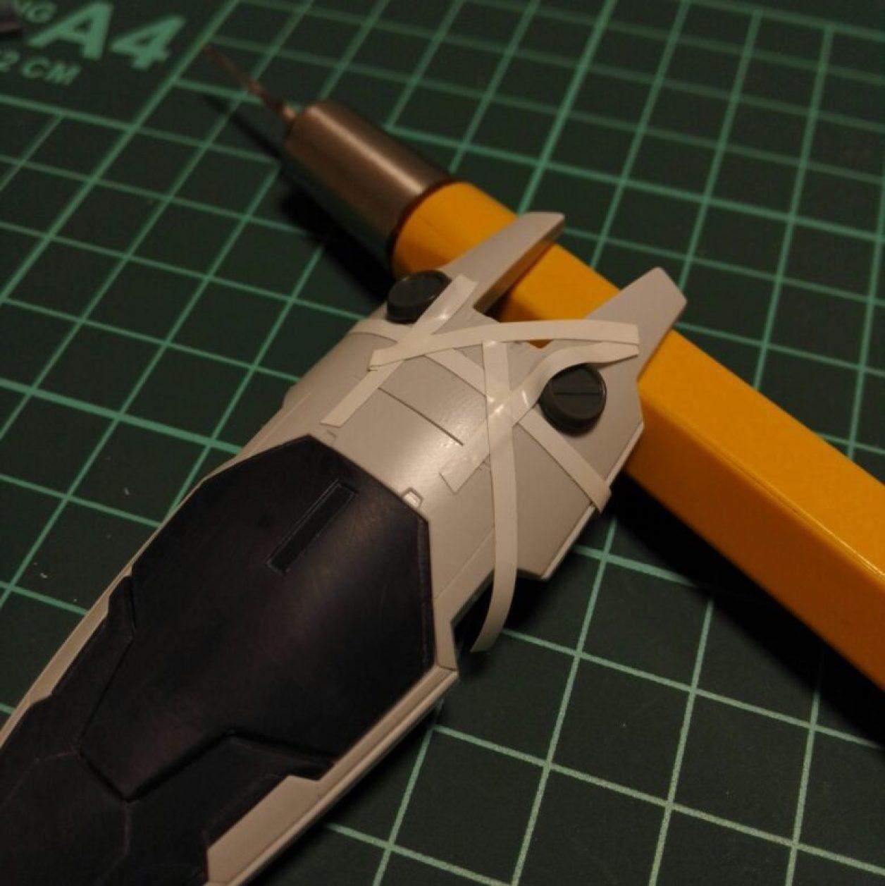 HGUC ガンダムTR-1[ヘイズル改]のジム系MS用シールドにマスキングテープでガイドを作ってスジボリしている画像