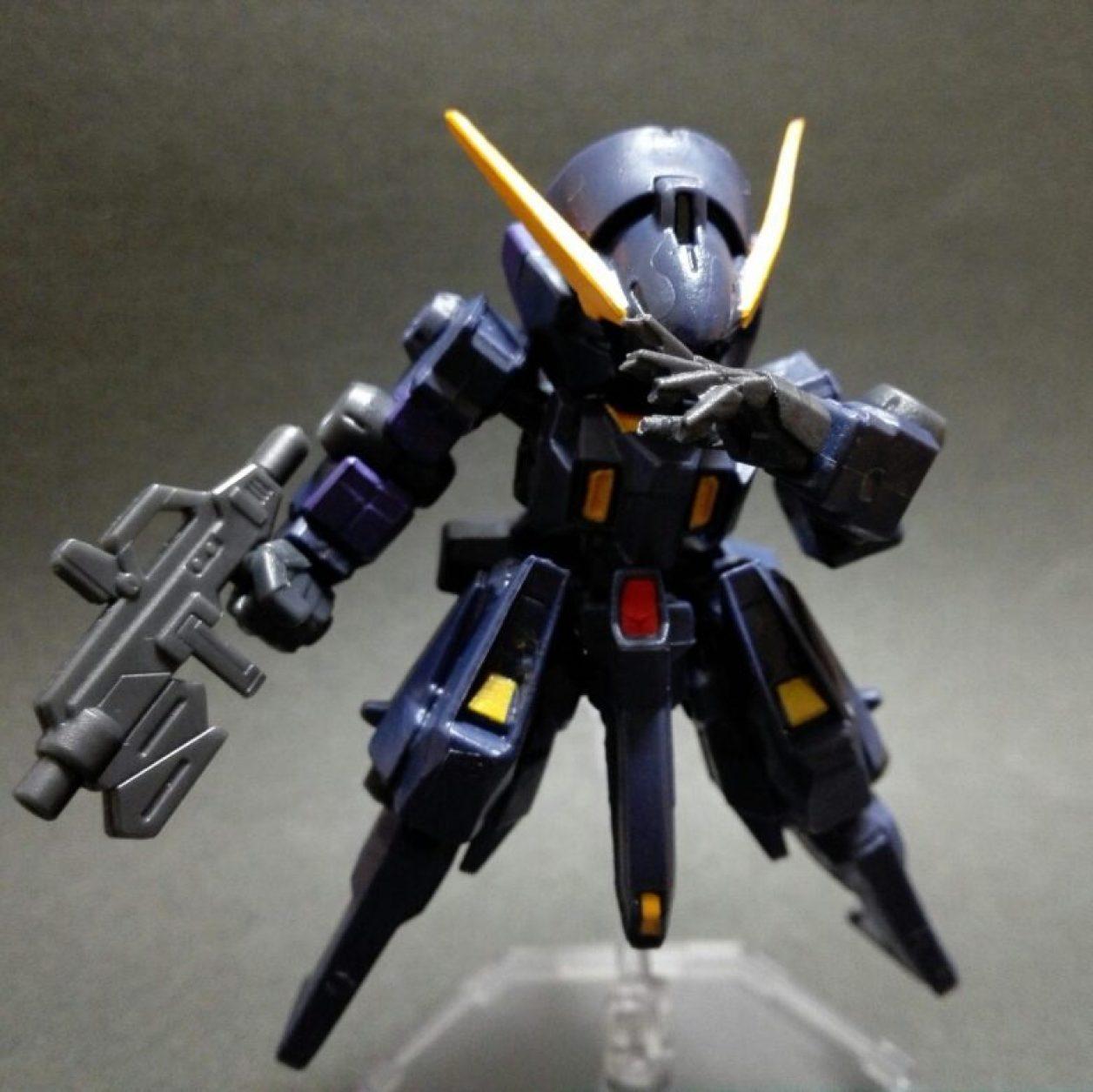 mobile suit ensemble(モビルスーツアンサンブル)4.5弾ウーンドウォート(ティターンズカラー)にビーム・ライフルを装備させてコトブキヤのミニフライングベースでディスプレイしている状態の画像