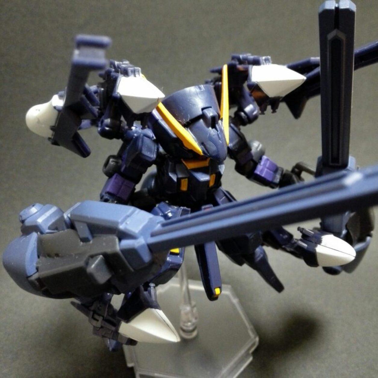mobile suit ensemble(モビルスーツアンサンブル)4.5弾ウーンドウォート(ティターンズカラー)にフルドドIIを装備させてウーンドウォート・ラーII(第二形態)としてコンポジット・シールド・ブースター×2を装備させたコトブキヤのミニフライングベースでディスプレイしている状態の画像