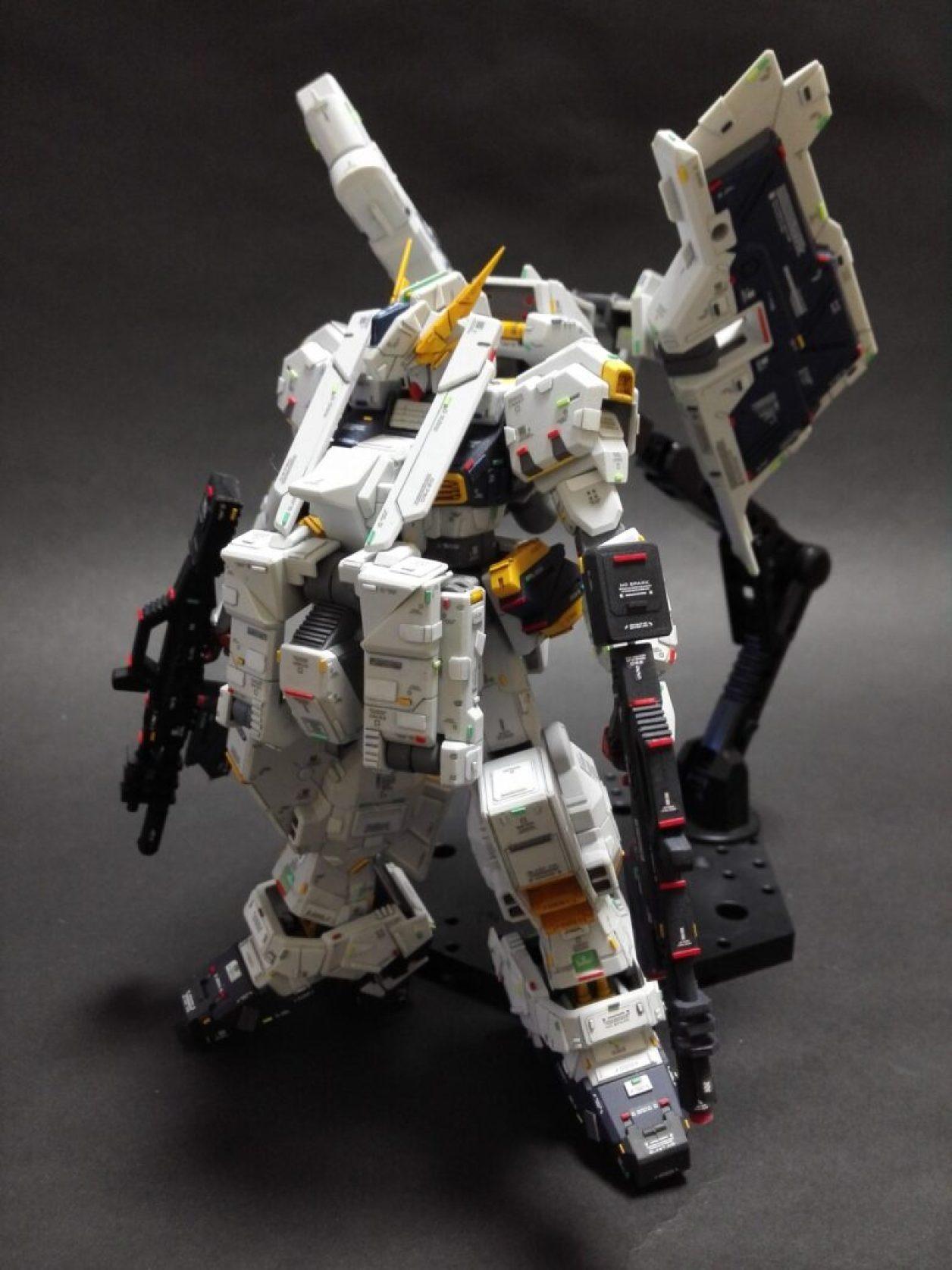 ディテールアップしたHGUC ガンダムTR-1[ヘイズル改]とFG Gパーツ[フルドド]とガンダムTR-1[アドバンスド・ヘイズル]のオプション・パーツを組み合わせたガンダムTR-1[ヘイズル・ラー](フルアーマー装備)にビーム・ライフル×2を装備させた武装の作例の画像