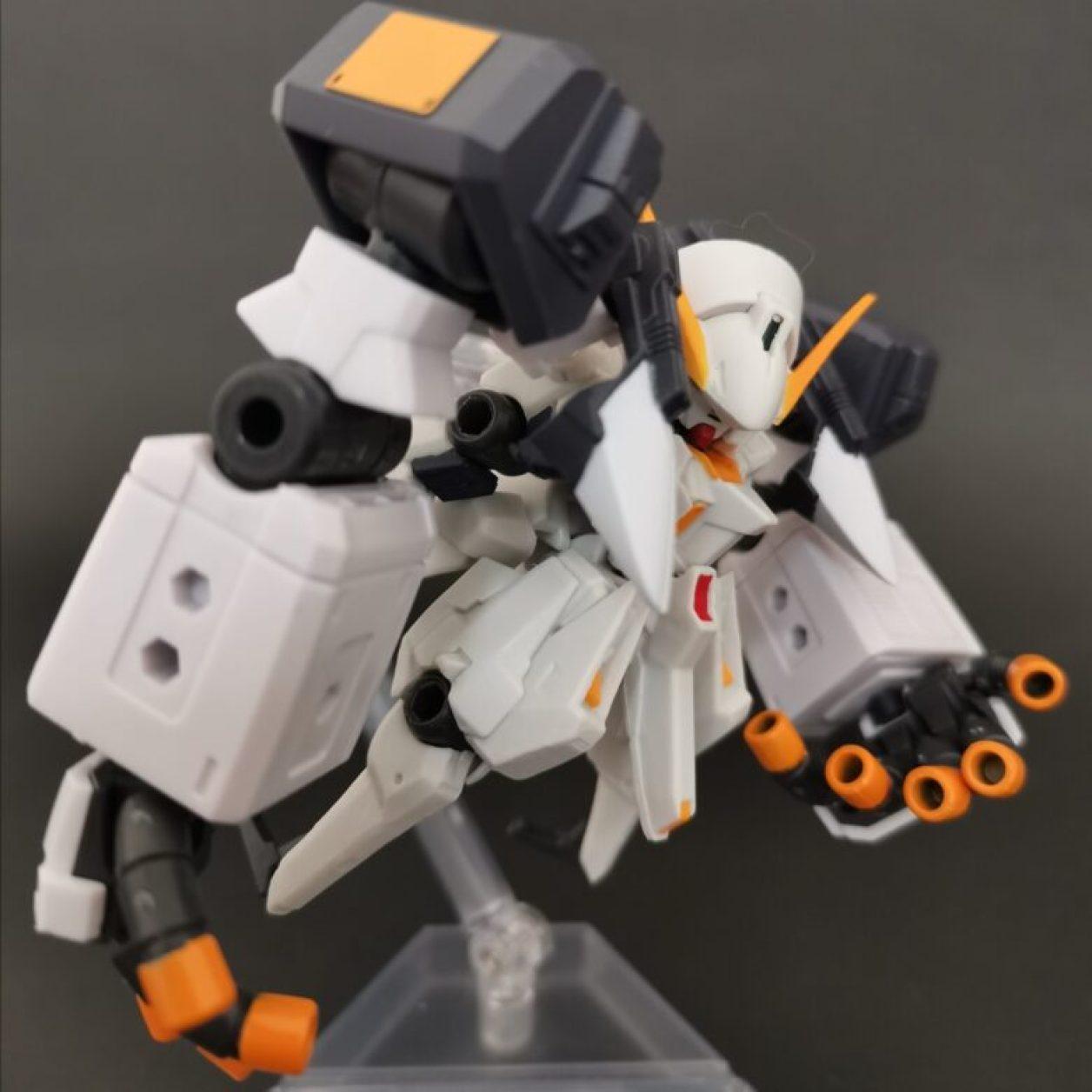 mobile suit ensemble (モビルスーツアンサンブル)ex23弾のガンダムtr-1[ヘイズル·アウスラ](ギガンティックアームユニット装備)と04弾のウーンドウォートを組み合わせたウーンドウォートラーにギガンティックアームユニットを装備させてニューフライングベースでディスプレイした画像