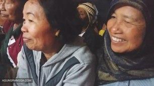 Mama (kiri) dan Uwak (kanan) mendampingi saat Dewi potong gigi