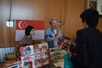 シンガポールブースで多文化と食文化を紹介