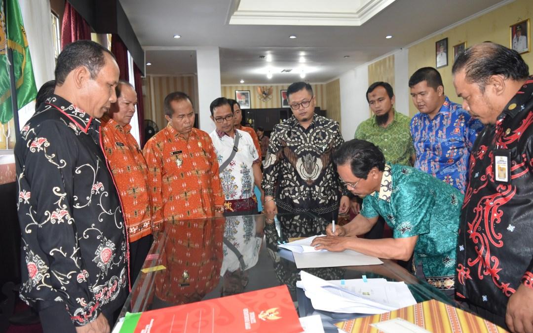 Bupati Gumas Pimpin Penekenan MoU Antara Koperasi dengan PT ATA