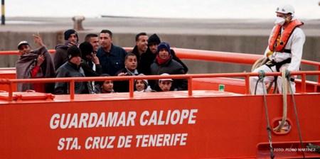 Inmigrantes son trasladados a un centro de internamiento tras ser capturados por la guardia costera. Foto: Pedro Martínez