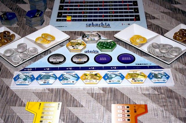 Le jeu en cours... Le japonais est une langue qui n'est pas aisée à faire tenir sur les tuiles, à moins de tirer un trait sur la lisibilité.