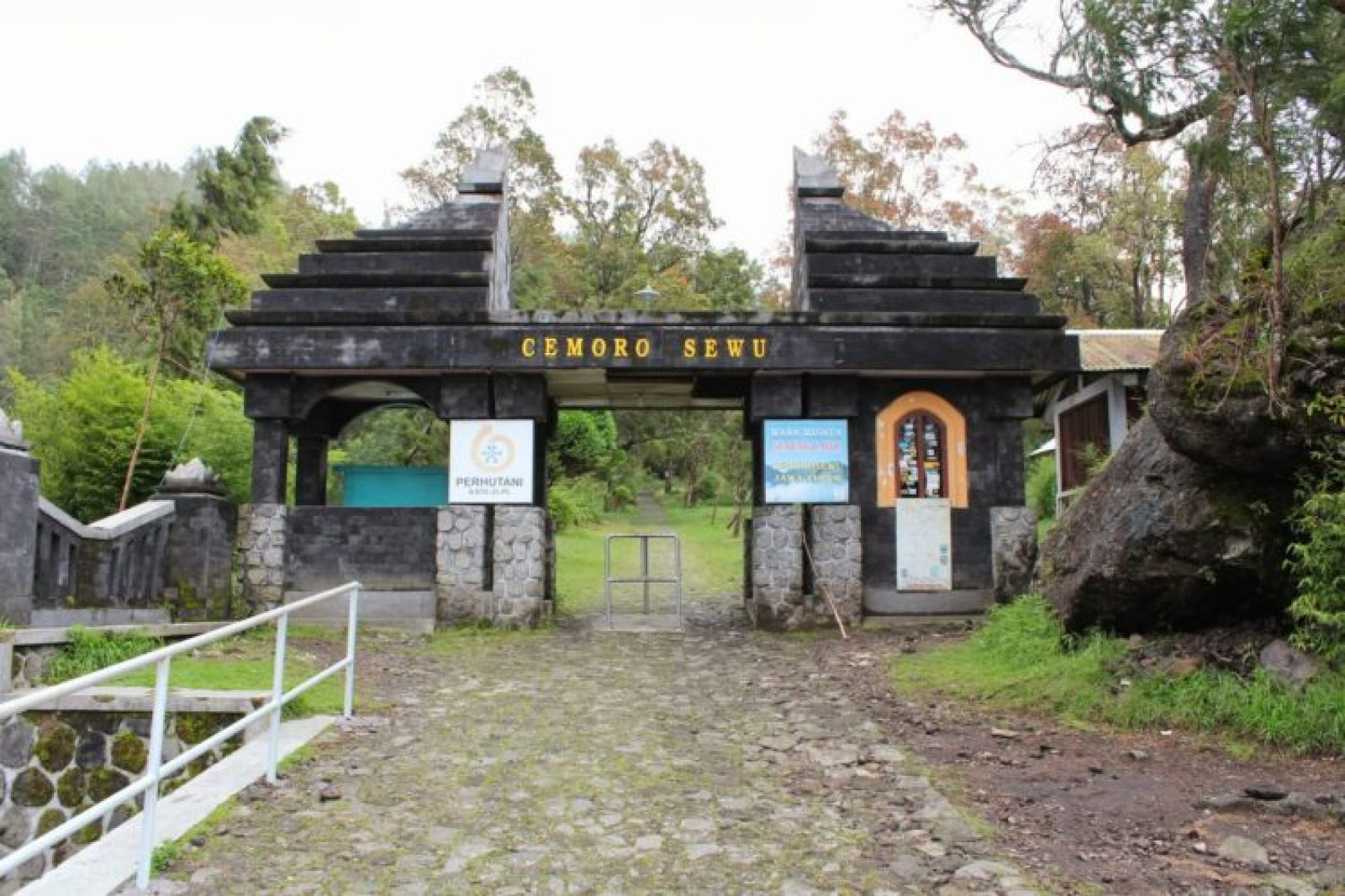 Pintu gerbang jalur pendakian Cemoro Sewu, Magetan