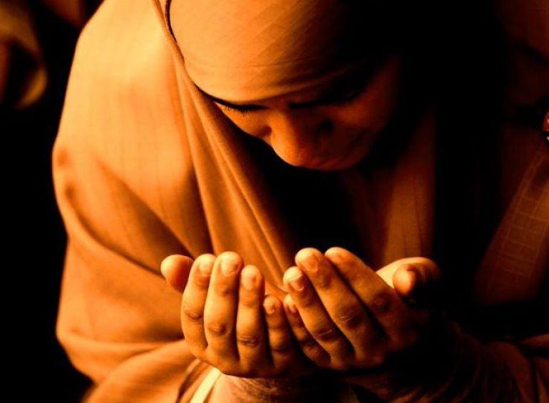 berdoa memohon ampunan kepada Allah