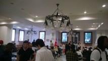 Suasana makan siang di aula masjid