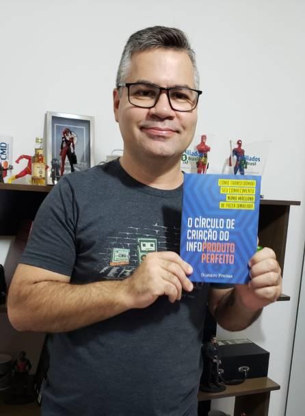 Gustavo e livro