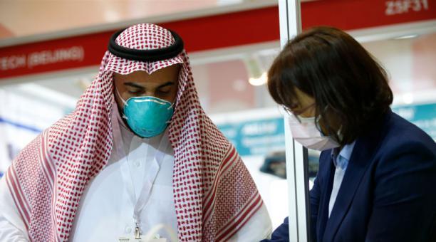 People with masks in Dubai - Coronavirus