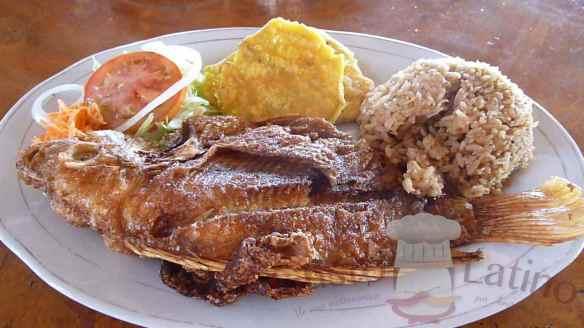 Mojarra frita con patacones y arroz con coco