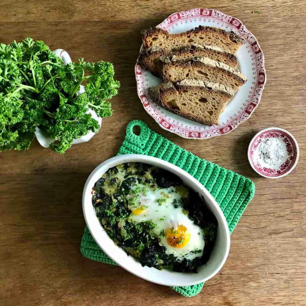 Gebackene Eier auf Spinat.