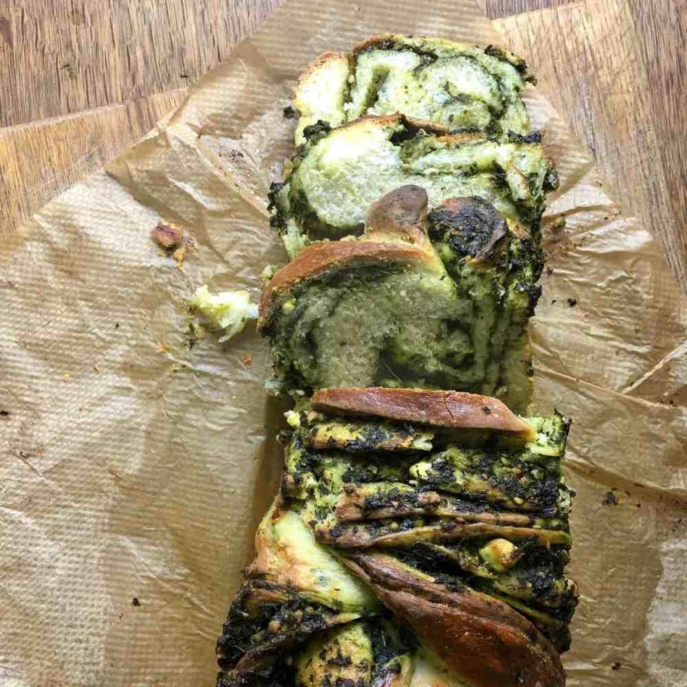 Aufgeschnittener Hefezopf mit Spinat.